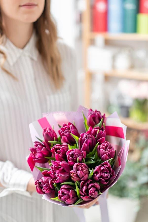 Ramalhetes das tulipas violetas Flores da mola do jardineiro holandês Conceito de um florista em um florista wallpaper fotos de stock royalty free
