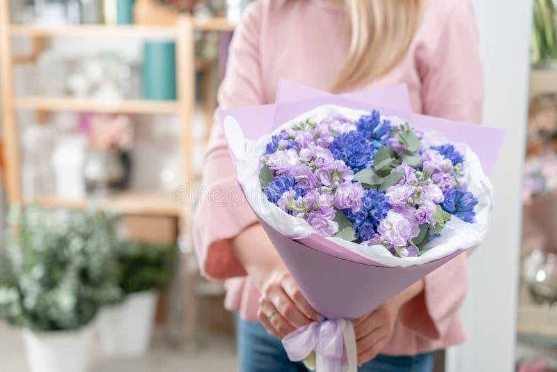 Ramalhetes de jacintos azuis e matthiola da cor lilás na mão da mulher Flores da mola do jardineiro holandês Conceito da fotos de stock
