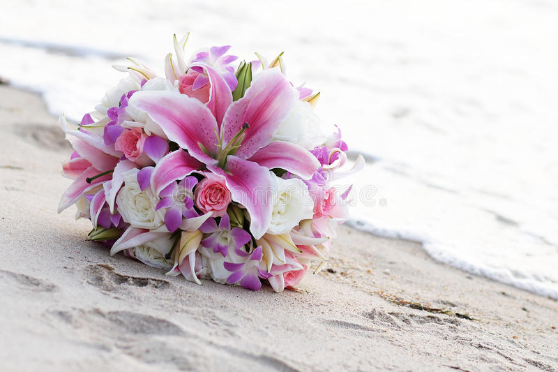 Ramalhetes do casamento na areia imagens de stock royalty free