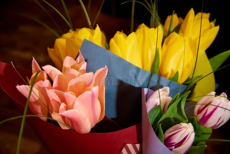 Ramalhetes do close-up colorido das tulipas imagens de stock
