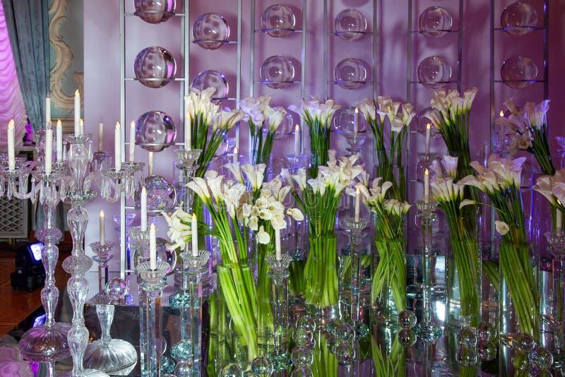 Ramalhetes dos narcisos amarelos em uns vasos de vidro altos fotografia de stock