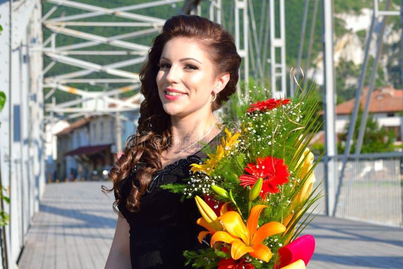 Ramalhetes elegantes Bulgária da flor da jovem mulher da beleza imagem de stock royalty free