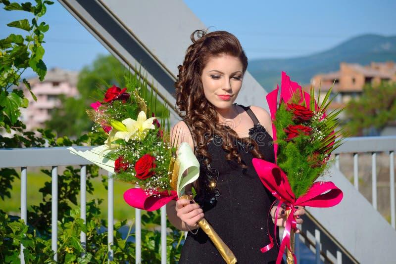 Ramalhetes elegantes Bulgária da flor da jovem mulher da beleza fotografia de stock royalty free