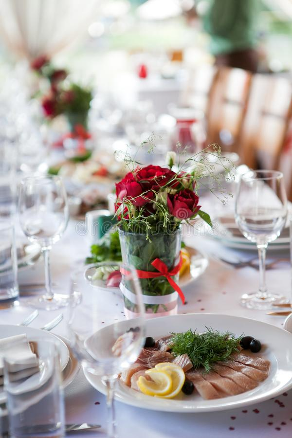 Ramalhetes pequenos na tabela do casamento imagem de stock royalty free