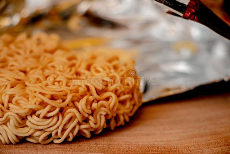 Raman Noodle cru, os macarronetes imediatos secos fotografia de stock