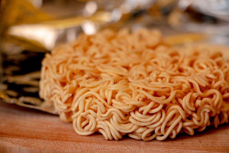 Raman Noodle cru, os macarronetes imediatos secos imagens de stock