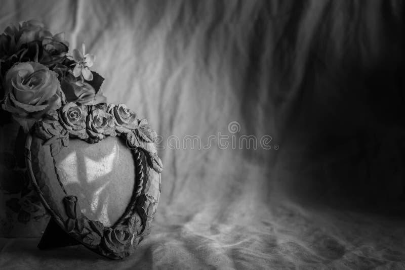 Ramar på en tabell med svartvita bakgrunder royaltyfria foton