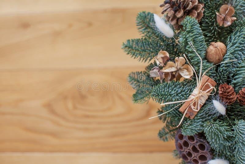 Ramas de árbol de aves con decoraciones navideñas sobre fondo de madera, espacio para texto, capa plana. Estaci?n del invierno.  imágenes de archivo libres de regalías