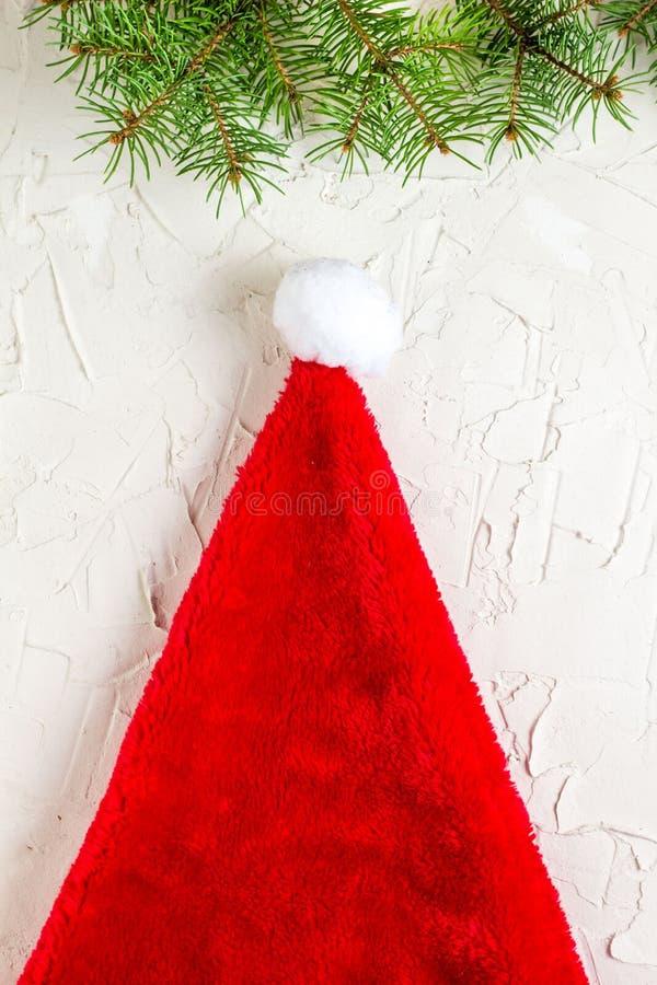 Ramas de árbol del sombrero y de abeto de Papá Noel Composición de la Navidad Visión superior, endecha plana imágenes de archivo libres de regalías