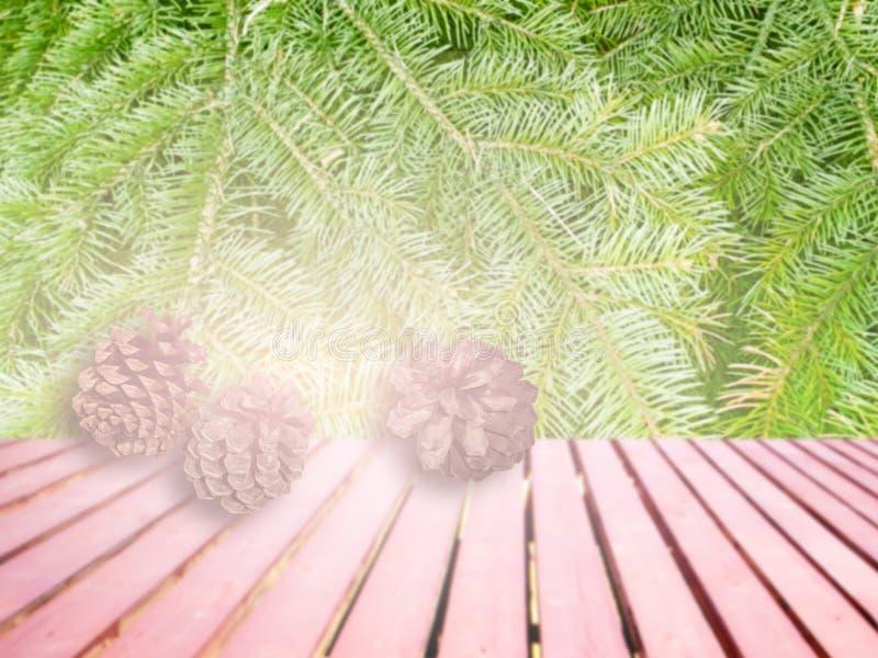 Ramas de árbol de navidad y conos del pino en cubierta de madera foto de archivo
