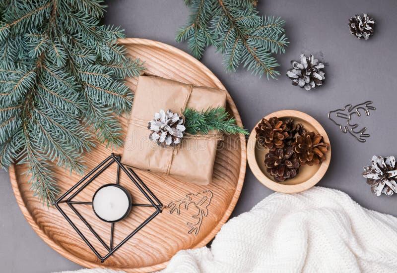 Ramas de la decoración y del abeto de la Navidad en fondo gris imágenes de archivo libres de regalías