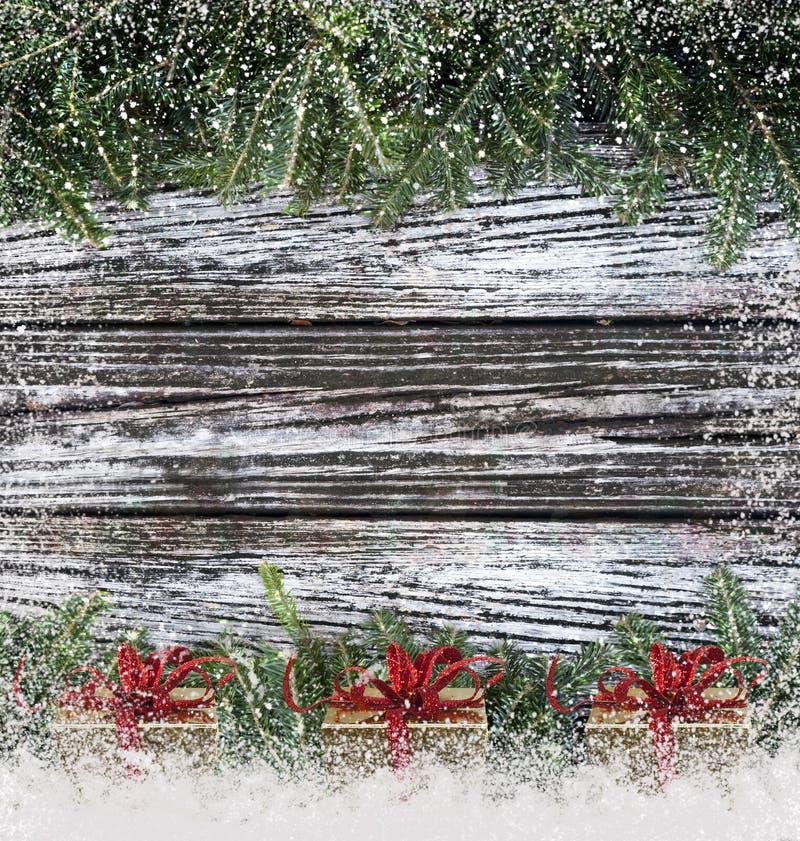 Ramas de la Navidad en la madera imagen de archivo libre de regalías