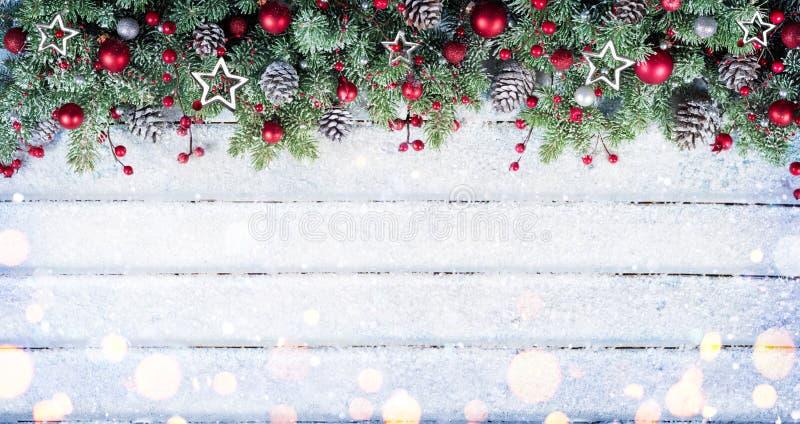 Ramas del abeto Nevado con el ornamento de la Navidad fotografía de archivo libre de regalías
