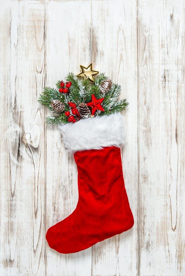 Ramas del pino de la decoración de la media de la Navidad foto de archivo