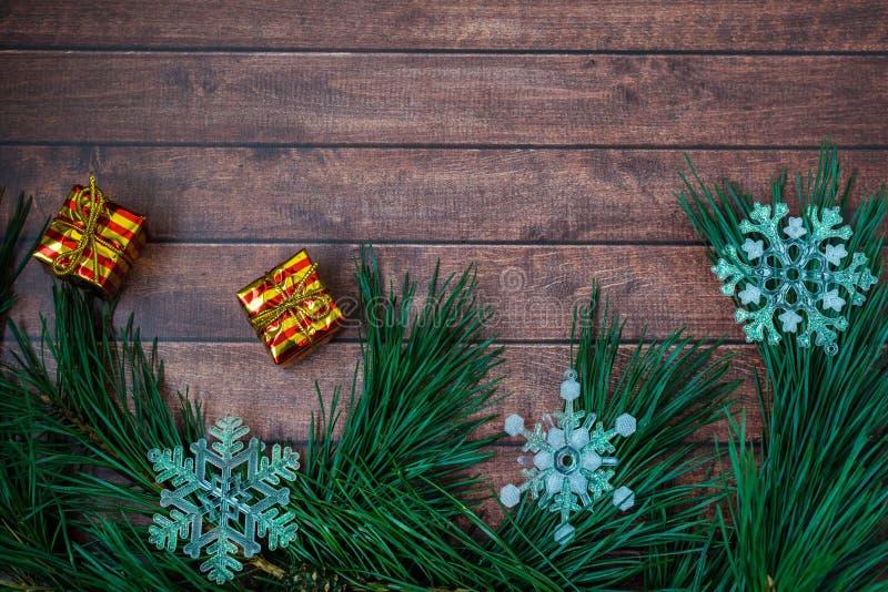 Ramas del pino y decoraciones de la Navidad en fondo de madera fotografía de archivo
