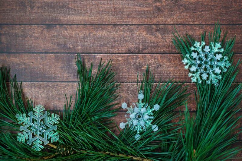 Ramas del pino y decoraciones de la Navidad en fondo de madera imagen de archivo libre de regalías