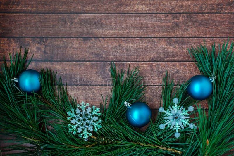 Ramas del pino y decoraciones de la Navidad en fondo de madera fotografía de archivo libre de regalías