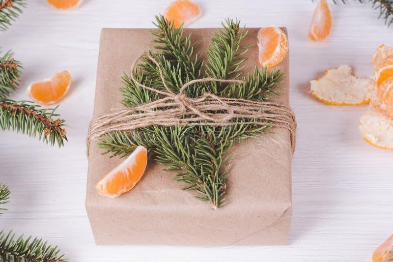 Ramas y mandarinas del abeto en fondo blanco de madera Composici?n de la Navidad y del A?o Nuevo foto de archivo libre de regalías