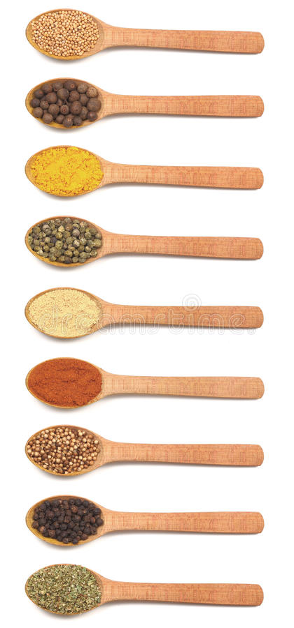 Ramassage d'épices dans des cuillères en bois photo libre de droits