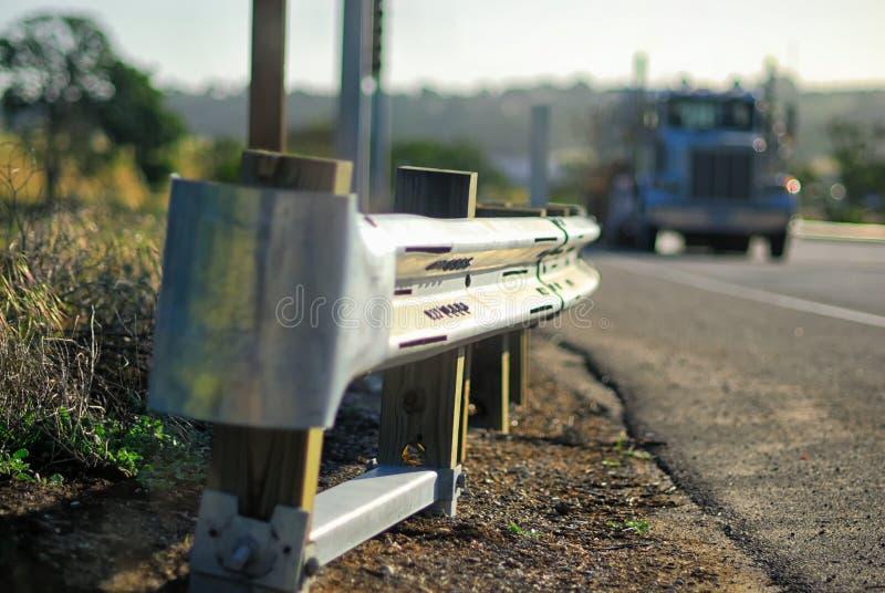 Rambarde sur une route avec une grande approche de camion image stock