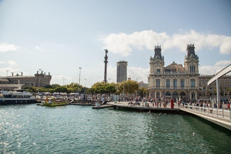 Rambla de março e porta Vell em Barcelona, Spain imagem de stock