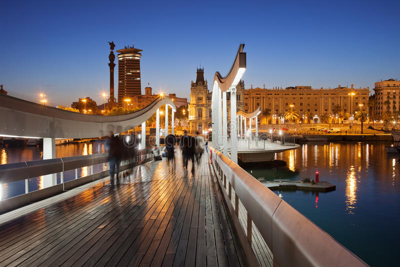 Rambla Del Mar sobre el puerto Vell en Barcelona en la noche imágenes de archivo libres de regalías