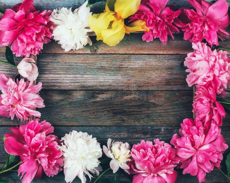 Rambukett av den rosa och vita pionblomman?rbilden p? tr?retro bakgrund royaltyfri bild
