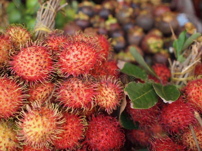 Rambutan wordt verkocht in de lokale Aziatische markt stock afbeelding
