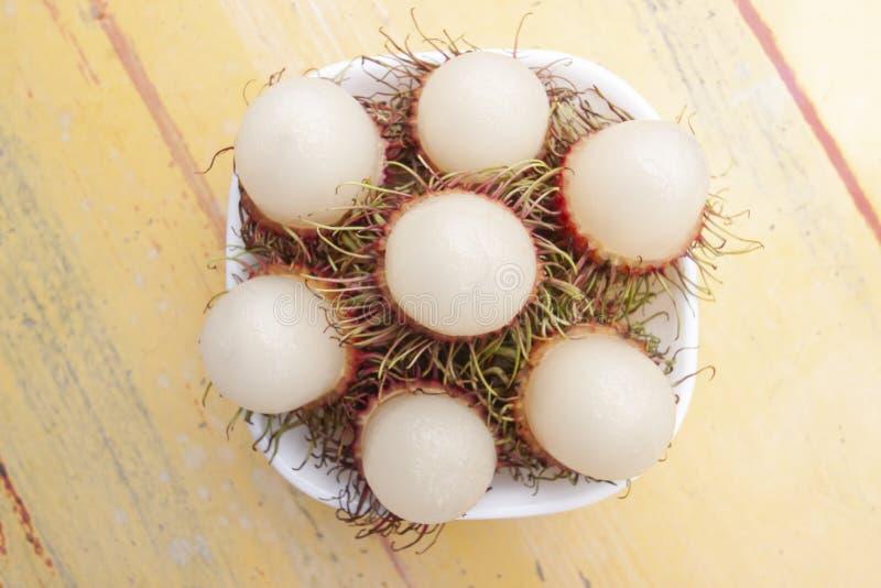 Rambutanfrukter i den vita bunken har en l?cker s?t smak fotografering för bildbyråer