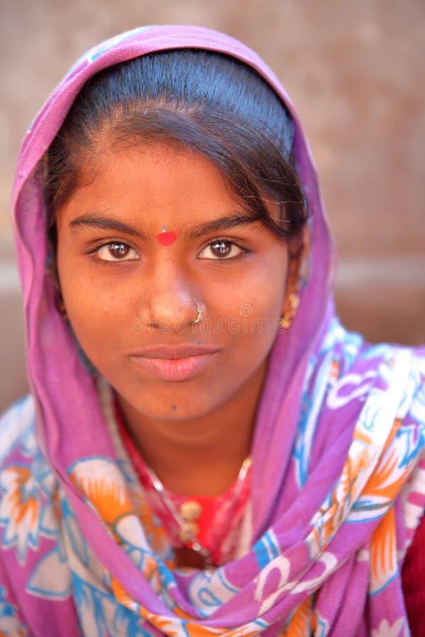 RAMDEVRA, RÀJASTHÀN, INDE - 22 DÉCEMBRE 2017 : Portrait d'une belle jeune femme avec la robe colorée au temple de Ramdevra photos stock