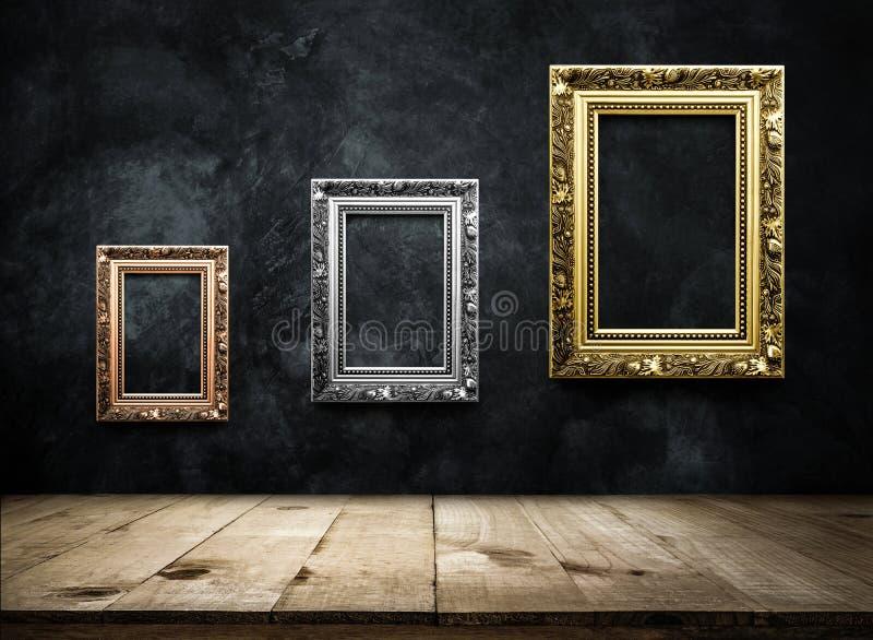 Rame antico della cornice, argento, oro sulla parete scura w di lerciume fotografia stock
