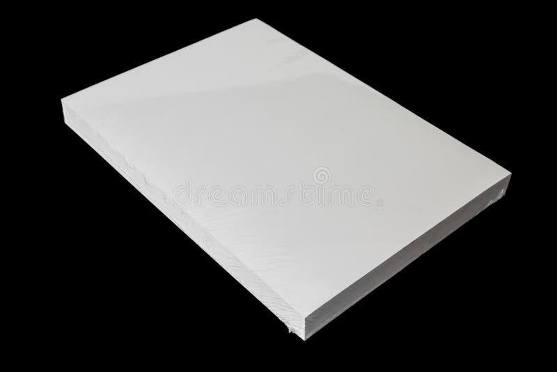 Rame de livre blanc d'imprimante d'isolement sur le fond blanc photographie stock libre de droits