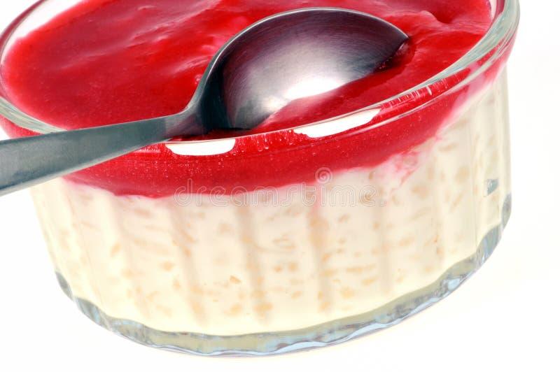 Ramekin рисового пудинга с coulis клубники стоковое фото rf