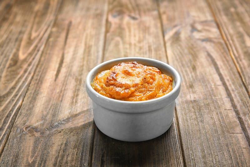 Ramekin с вкусным суфлем моркови стоковые фото