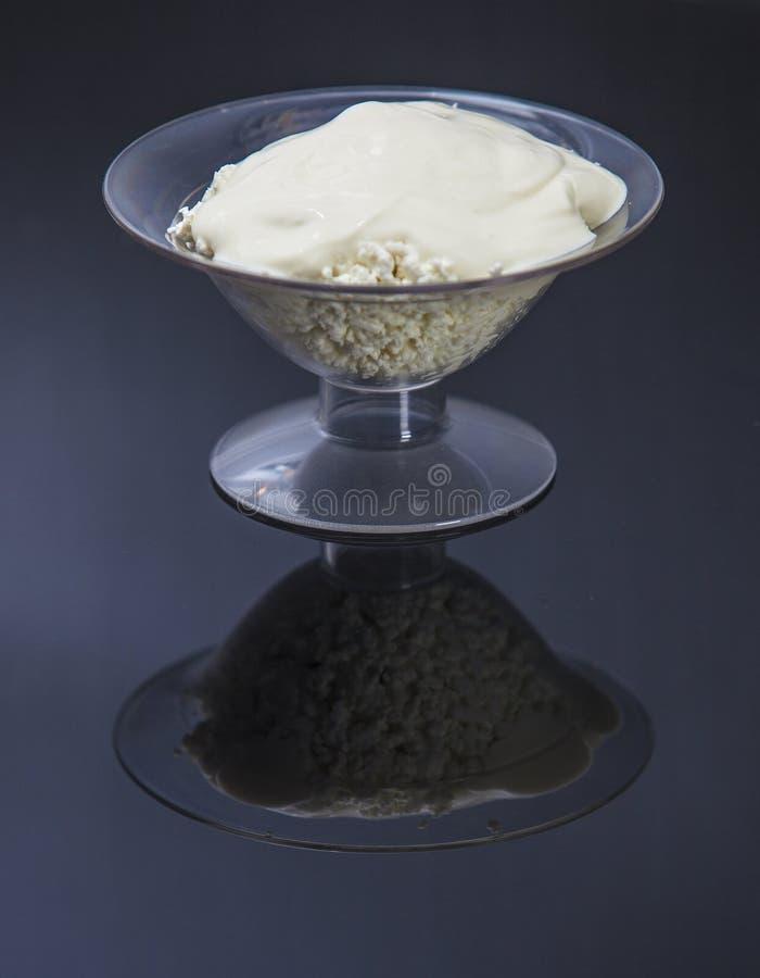 Ramekin с сыром и сметаной на черной предпосылке стоковые фотографии rf
