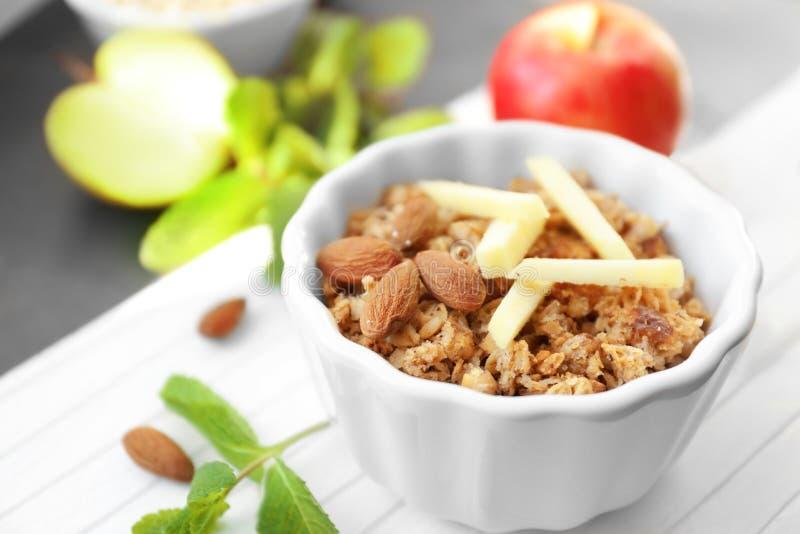 Ramekin с хрустящей корочкой яблока на таблице, стоковые изображения