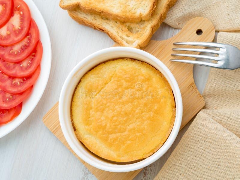 Ramekin rotondo bianco con l'omelette cucinata al forno delle uova e del latte, spirito fotografia stock libera da diritti