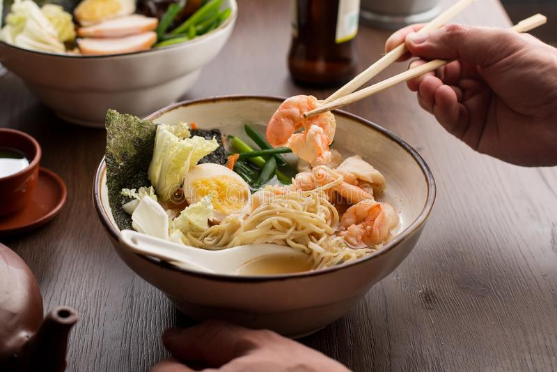 Ramen asiáticos antropófagos com camarões e macarronetes em um restaurante imagem de stock royalty free