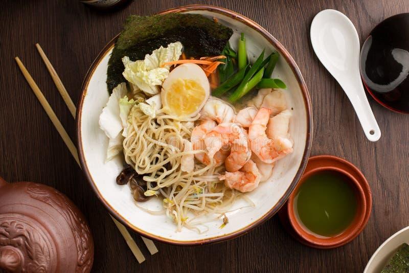 Ramen asiáticos com camarões e macarronetes em um restaurante fotos de stock