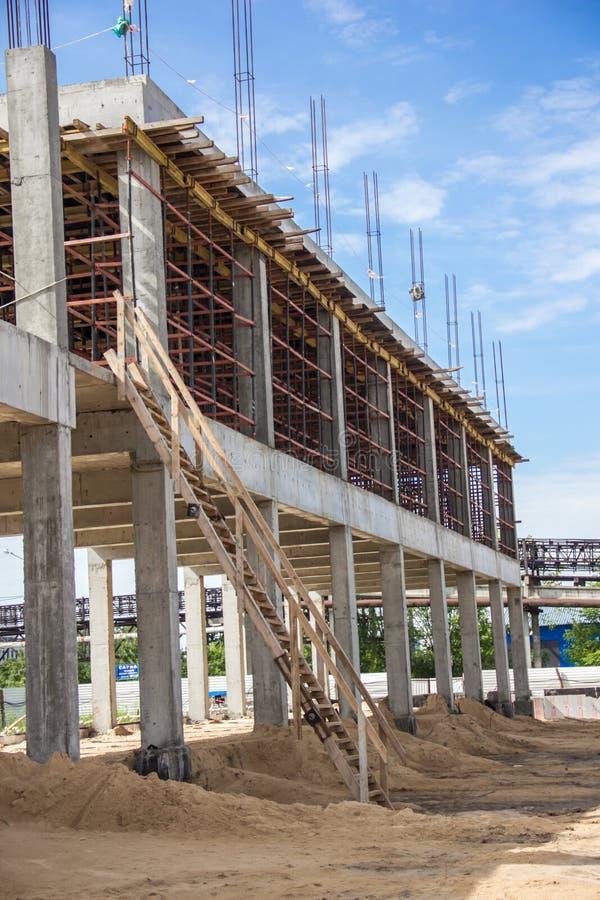 Ramen av byggnaden under konstruktion som består av fast betong royaltyfri fotografi