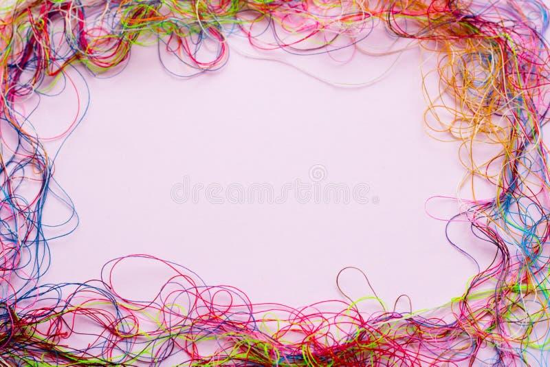 Ramen av den färgrika sömnadtråden - kopiera utrymme och bakgrund arkivfoto