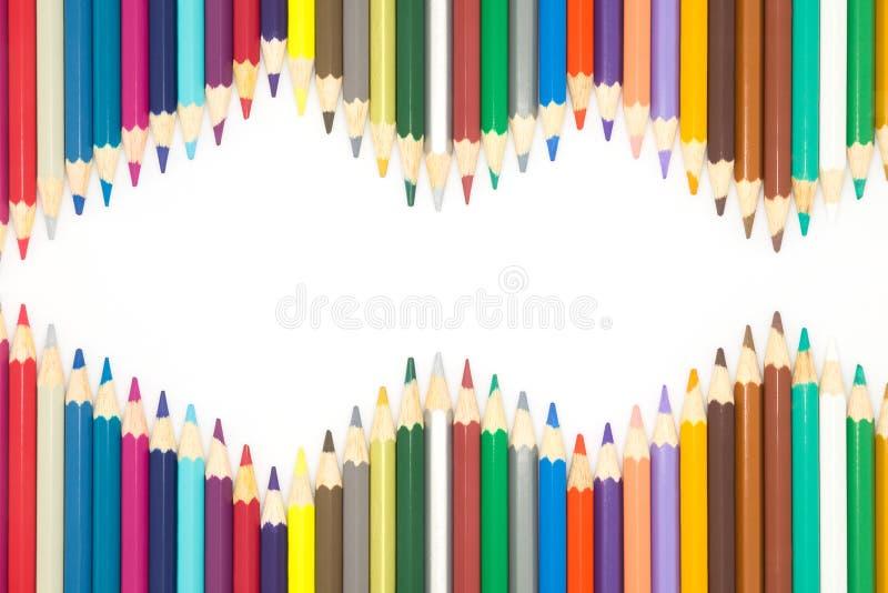 Ramen av multipeln färgar träblyertspennor på vit bakgrund fotografering för bildbyråer