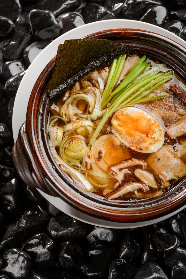 Ramen com carne de porco, ovo e nori imagens de stock royalty free