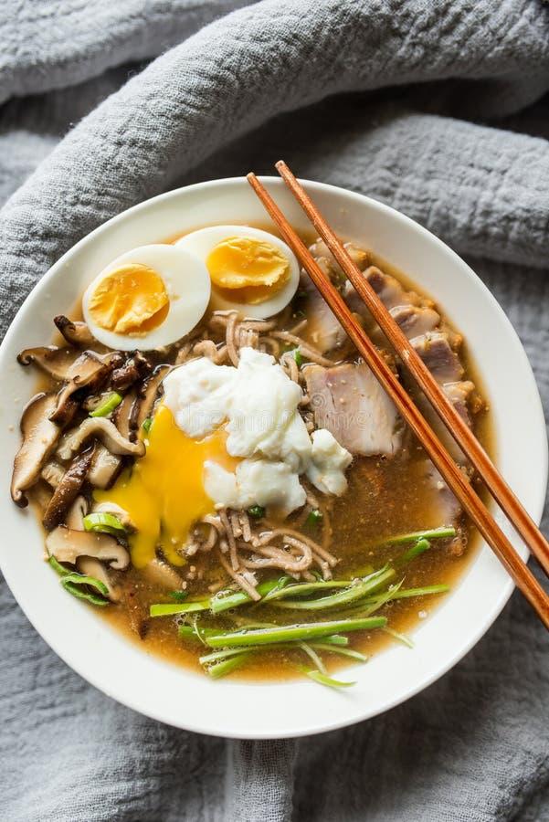 Ramen de Tonkotsu com cogumelos e carne de porco de shiitake fotografia de stock royalty free