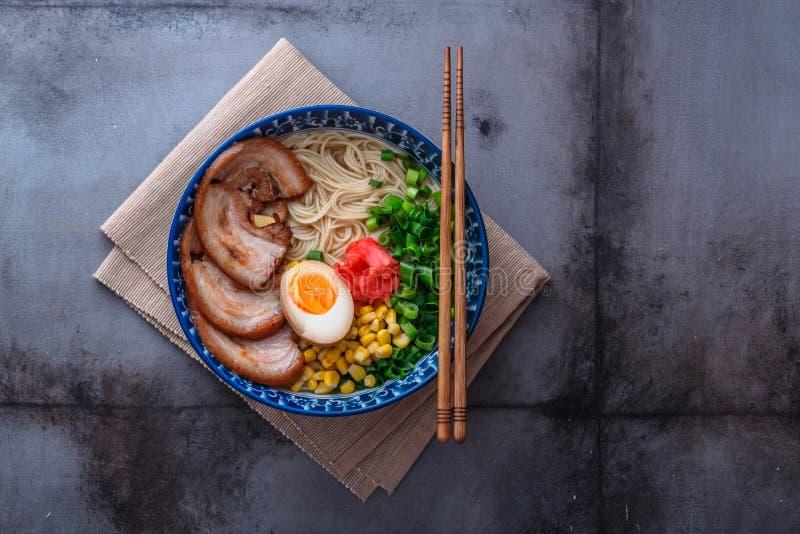 Ramen deliciosos do tonkotsu, macarronetes do caldo do osso da carne de porco, espaço da cópia imagem de stock royalty free