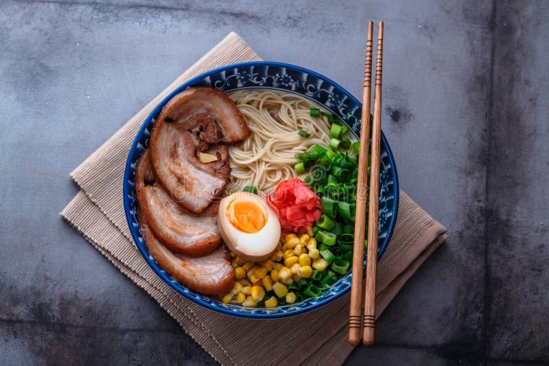 Ramen deliciosos do tonkotsu, macarronetes do caldo do osso da carne de porco, espaço da cópia imagem de stock
