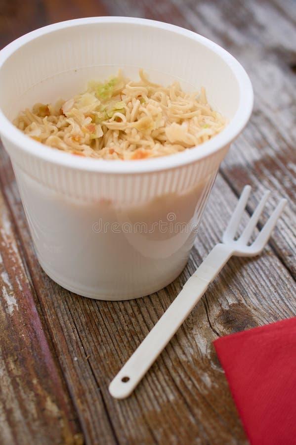 ramen della pasta delle Tazza-un-tagliatelle in tazza di plastica sulla tavola di legno fotografie stock libere da diritti