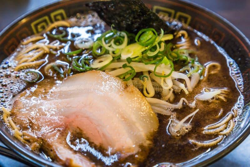 Ramen do tonkotsu de Kuro com carne de porco do chashu e broto de feijão fotografia de stock royalty free