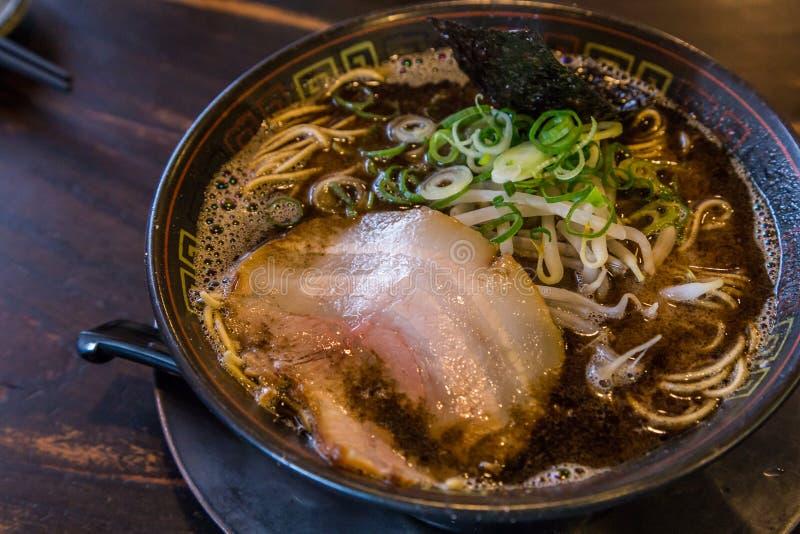 Ramen do tonkotsu de Kuro com carne de porco do chashu e broto de feijão fotos de stock royalty free