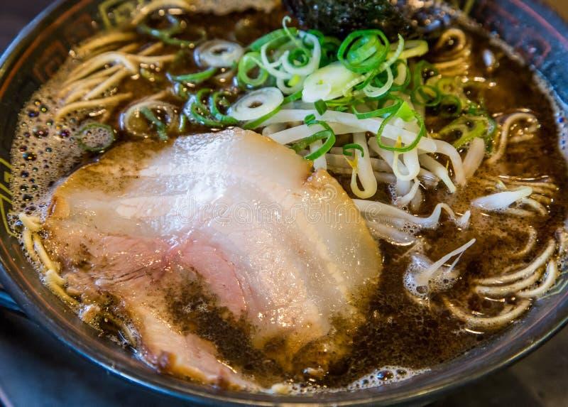 Ramen do tonkotsu de Kuro com carne de porco do chashu e broto de feijão imagens de stock